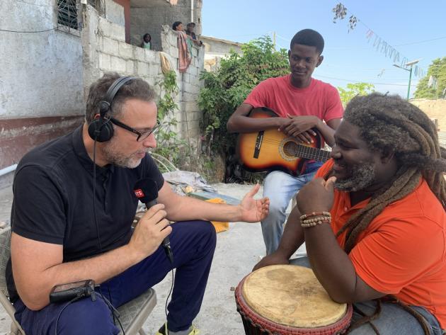 Le 20 décembre 2019, Arnaud Robert, interviewe le chanteur Zikiki dans le quartier de Martissant, à Port-au-Prince.