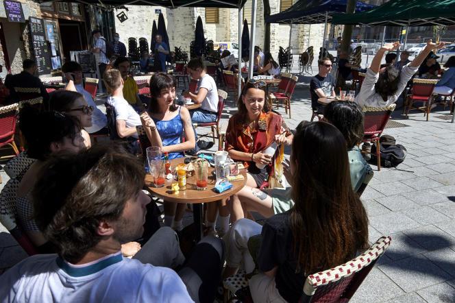 Terrasse du Petit Bar, place Sainte-Anne, à Rennes, le 2 juin.