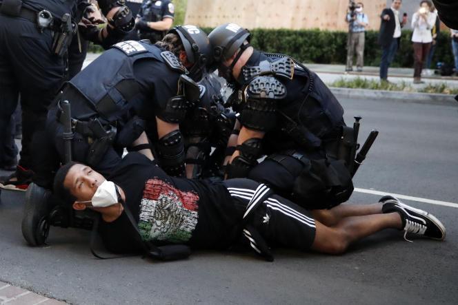 Un manifestant arrêté par la police pendant unemobilisation en hommage à George Floyd, près de la Maison Blanche à Washington, le 1er juin.