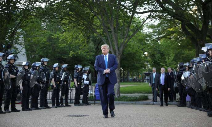 Donald Trump se rend à l'église Saint John, dégradée la veille par un groupe de manifestants, à Washington, le 1er juin.