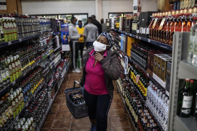 Dans un magasin de vins et spiritueux à Soweto, rouvert le 1er juin 2020.