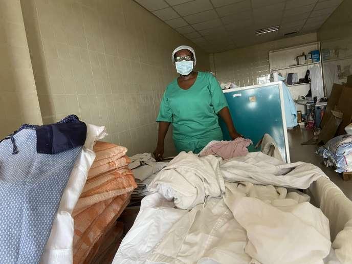Marie Yetna est la chef de l'unité buanderie de l'hôpital gynéco-obstétrique et pédiatrique de Douala. Ici, en avril 2020.