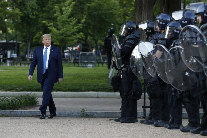 Donald Trump près de l'église Saint John, à Washington, le 1er juin.