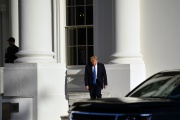 Donald Trump quitte la Maison Blanche pour se rendre à l'église Saint-John, dégradée la veille par des manifestants, à Washington, le 1er juin.