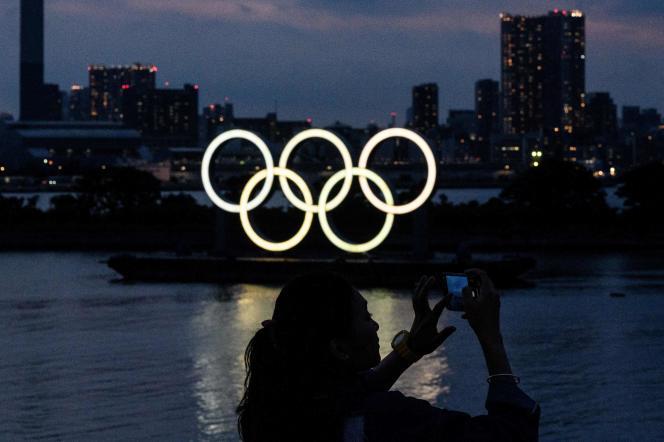Les anneaux olympiques le 2 juin à Tokyo.=