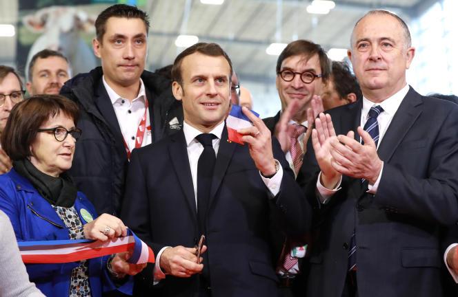 Le président français, Emmanuel Macron (au centre), aux côtés de la présidente du syndicat agricole FNSEA, Christiane Lambert (à gauche), et du ministre de l'agriculture, Didier Guillaume (à droite), lors de l'inauguration de la 57e édition du Salon international de l'agriculture, à Paris, le 22 février.