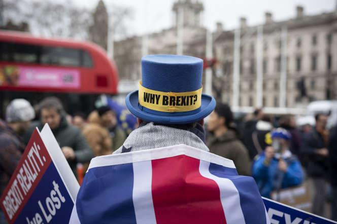 Un partisan du « remain » devant le palais de Westminster, à Londres, le 30 janvier, la veille du Brexit.