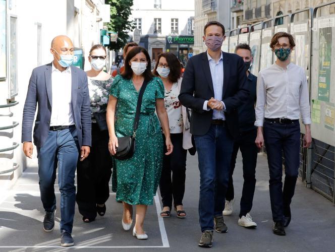 La maire de Paris, Anne Hidalgo, et le chef de file d'Europe écologie-Les Verts au Conseil de Paris, David Belliard (deuxième à droite), le 2 juin 2020 à Paris.