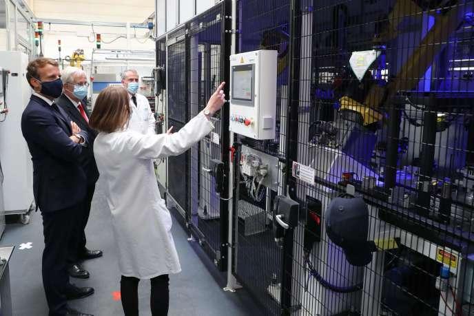 Le président de la République, Emmanuel Macron, lors de la visite d'une usine de l'équipementier automobile Valéo à Etaples (Pas-de-Calais) le 26 mai.