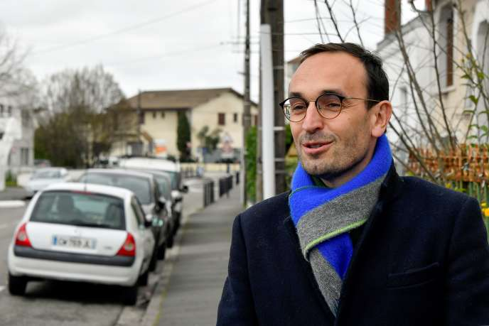 Thomas Cazenave, French center-liberal ruling party La Republique en Marche's (LREM) candidate running as Bordeaux's city mayor, campaigns door to door with team members on March 7, 2020 in Bordeaux, a week ahead the first round of the mayoral elections in France. (Photo by GEORGES GOBET / AFP)