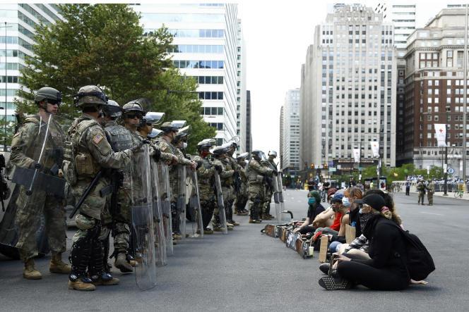 Des manifestants face à la garde nationale, à Philadelphie (Pennsylvanie), le 1er juin.