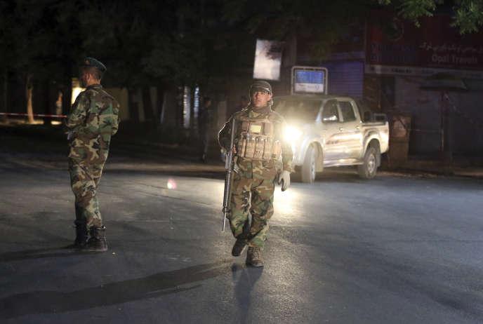 Les forces de sécurité afghanes arrivent sur le site d'un attentat à la bombe dans une mosquée de Kaboul, le 2 juin.