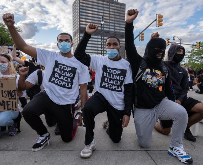 Des manifestants devant un commissariat à Detroit, dans le Michigan, le 30 mai 2020.