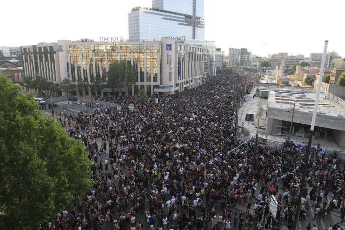 Devant le nouveau tribunal de Paris, dans le quartier de la porte de Clichy, mardi soir.