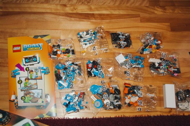 Le robot Lego Boost est constitué de pièces triées en sacs numérotés, pour être repérables au bon moment lors des différentes phases de la construction.