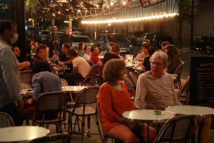 La brasserie Royal Cambronne, dans le 15e arrondissement de Paris, a rouvert sa terrasse à minuit, mardi 2 juin.