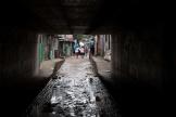 Des habitants de San Salvador récupérent quelques affaires avant de se diriger vers les refuges, mardi 2 juin.