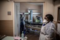 Des infirmières nettoient une chambre à l'hôpital Saint-Louis, à Paris, le 28 mai.