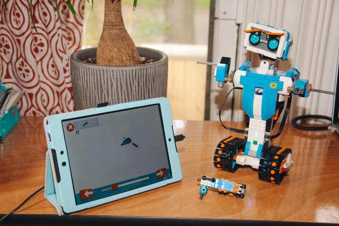 L'application Boost, affichée ici sur une tablette Google Nexus, guide le montage d'un robot pièce par pièce.