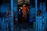 Des résidents de la communauté Roli Madeira testés par des professionnels de la santé sur l'île de Marajo (Brésil), le 1er juin.