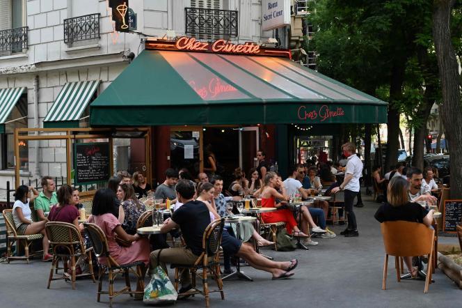 Sur la terrasse du restaurant Chez Ginette, à Paris, le 2 juin.