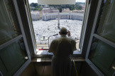Le pape François s'adresse depuisla fenêtre du palais apostolique aux fidèles de la place Saint-Pierre, au Vatican, le 31 mai.