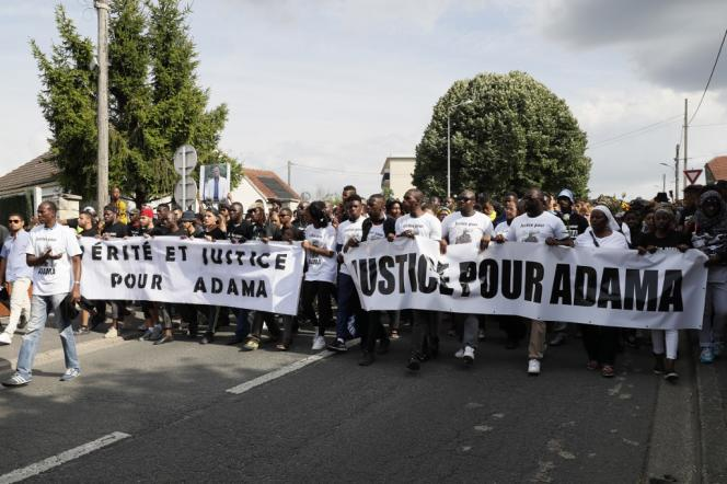La première marche blanche organisée à Beaumont-sur-Oise demandant « justice pour Adama», le 22 juillet 2016.