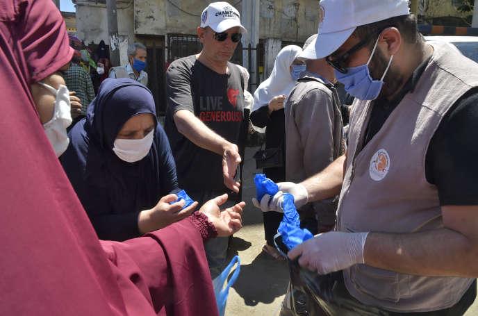 Distribution de masques dans une rue d'Alger, le 21 mai 2020.