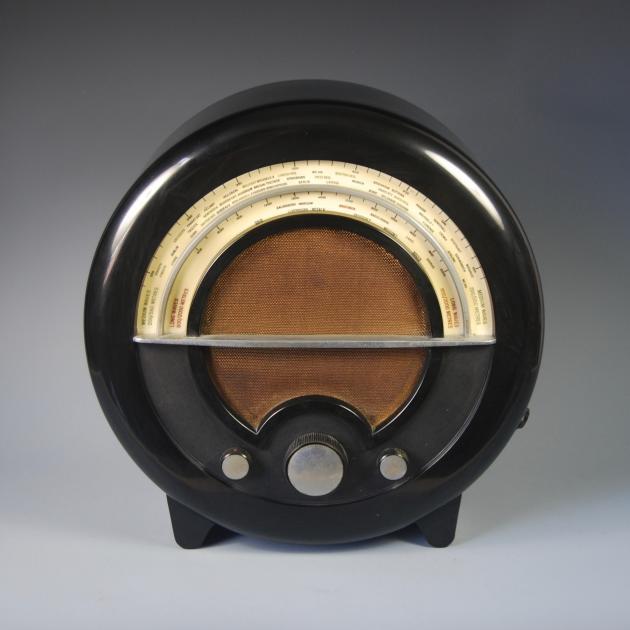 La radio EKCO AD-76, de Wells Coates, en Bakélite (1935).