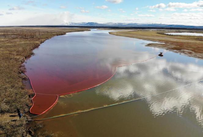 Desbarrages flottants installés pour éviter que la nappe de diesel déversée dans la rivière Ambarnaïa n'atteigne le lac Piassino, le 3 juin.