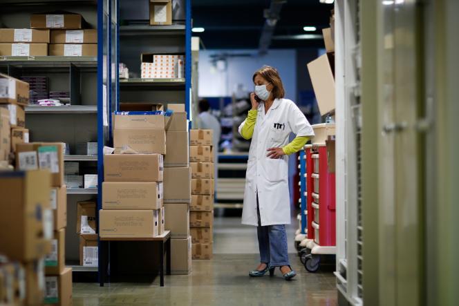 Une pharmacienne vérifie le stock de médicaments de l'hôpital Robert-Ballanger d'Aulnay-sous-Bois (Seine-Saint-Denis), le 30 avril.