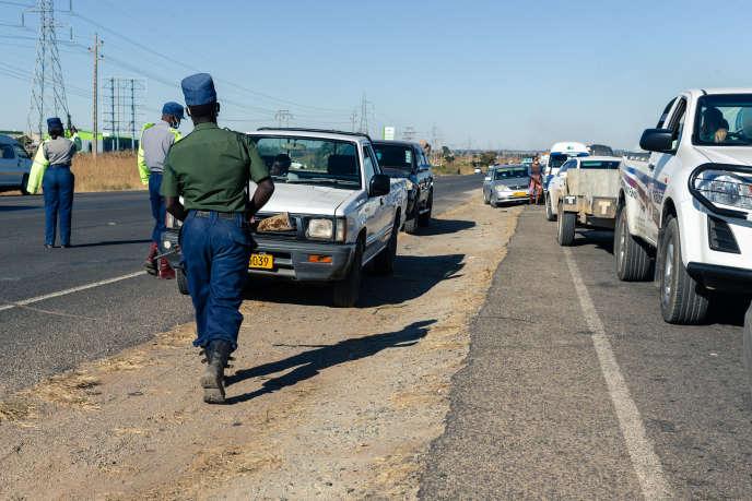 Contrôle routier à Harare, au Zimbabwe, le 2juin 2020.