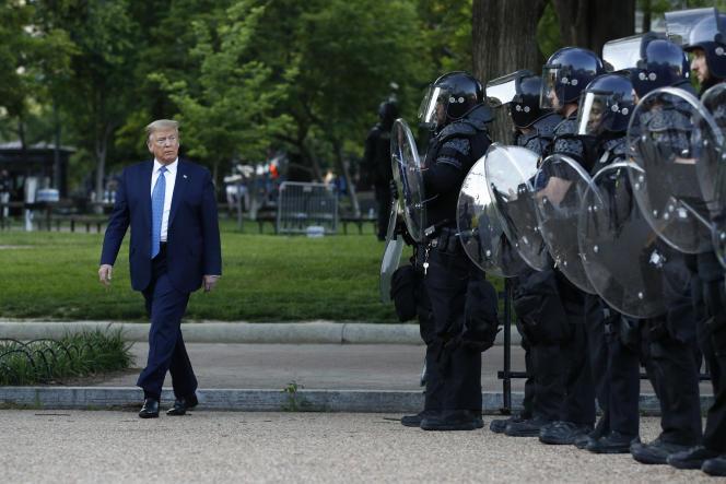 Donald Trump passe devant les policiers après s'être rendu à l'église Saint-John, le 1er juin, à Washington.