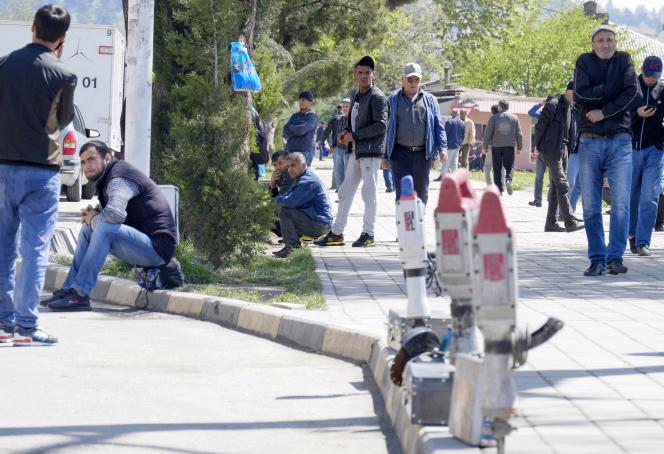 Des chômeurs attendent pendant la fermeture des frontières de pouvoir rejoindre la Russie, à Douchanbé (Tadjikistan), le 10 avril.