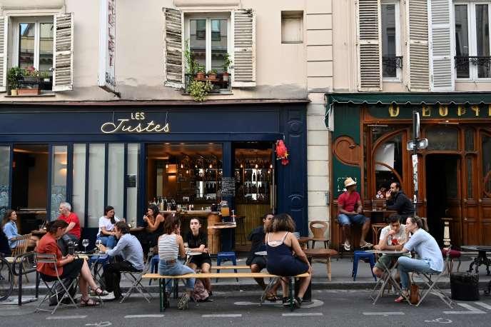 Les secteurs les plus représentés dans l'enquête sont les commerces (28%) et les hôtels-cafés-restaurants (19%). Un café àParis, le 2 juin 2020.