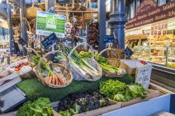 Etal de produits bio sur un marché couvert d'Albi (Tarn).
