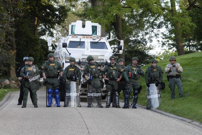 Des membres du département du shérif de Polk County Sheriff, dans l'Iowa, protègent l'accès à la résidence du gouverneur de l'Etat, pendant une manifestation, le 2 juin 2020.