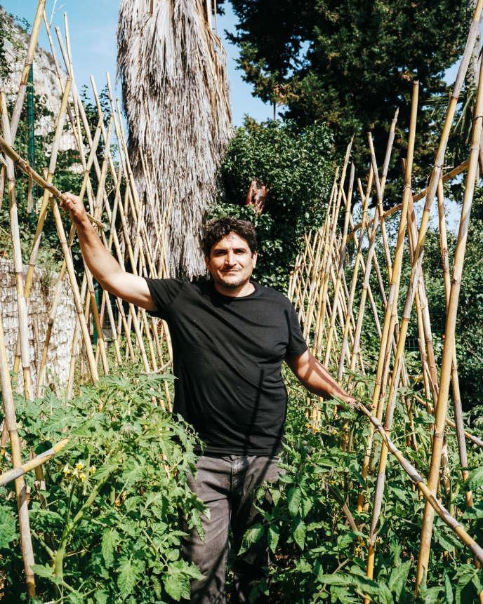 Mauro Colagreco, chef triplement étoilé du Mirazur, à Menton, dans son potager, (ici, un échantillon de sa récolte du jour, le 26 mai).