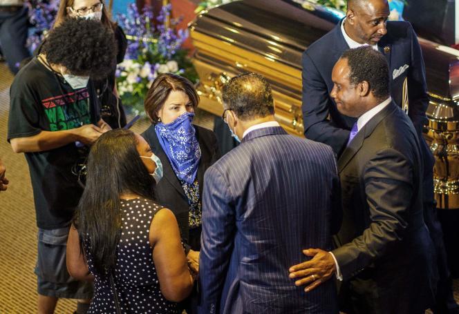 La sénatrice Amy Klobuchar et le révérend Jesse Jackson devant le cercueil de George Floyd.