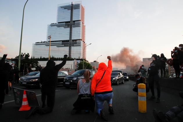 A Paris, le 2 juin, des manifestants bloquaient le périphérique devant le palais de justice alors qu'ils réclamaient que justice soit faite dans l'affaire Adama Traoré, un Français de 24 ans noir, mort lors d'une intervention policière en 2016. Les manifestants ont réclamé justice pour Adama Traoré et George Floyd.