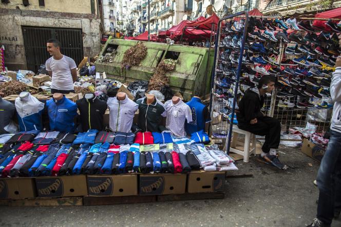 Des vendeurs de rue à Alger, en 2014.