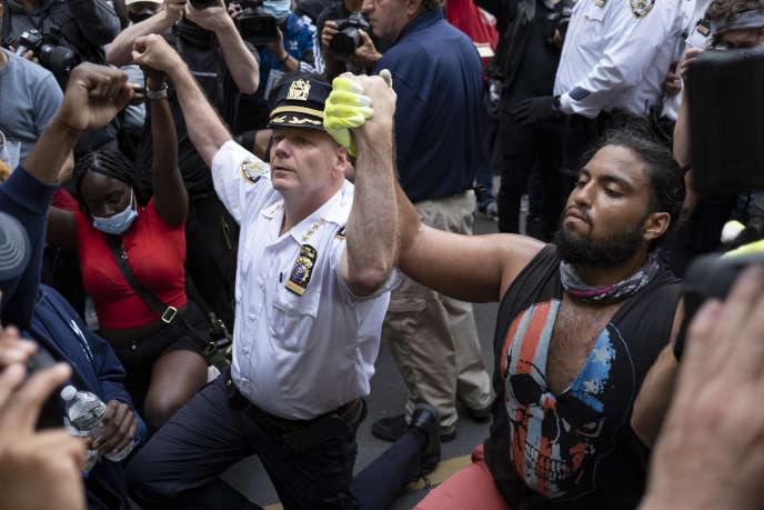 Le chef de la police new-yorkaise, Terence Monahan, s'agenouille au milieu des manifestants pour montrer sa solidarité, à New York, le 1er juin.