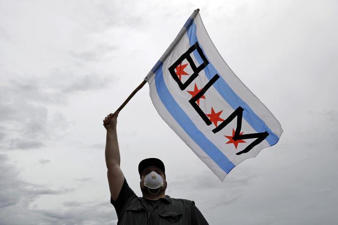 Un manifestant brandit un drapeau affichant les initiales du mouvement Black Lives Matter, à Chicago, le 3 juin.