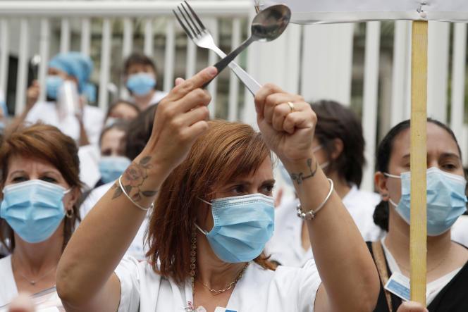 Manifestation de soignants devant l'hôpital Robert-Debré, le 4 juin 2020, pendant les négociations duSégur de la santé.