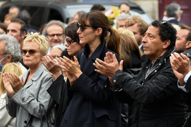 Les actrices Muriel Robin et Doria Tillier, ainsi que l'humoriste Smaïn, devant l'église Saint-Germain-des-Prés, à Paris, le 4 juin 2020.