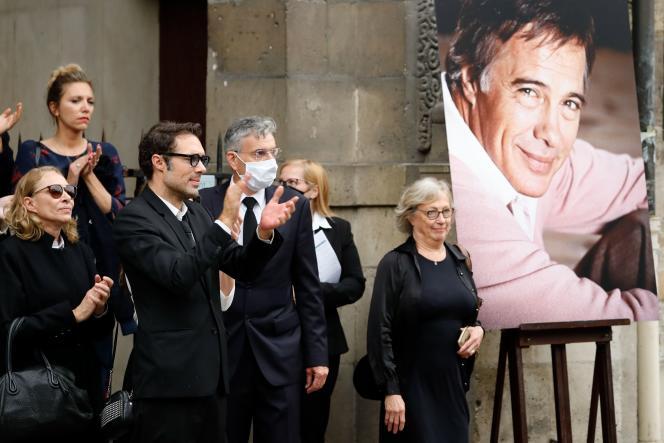 La veuve de Guy Bedos, Joëlle Bercot (à gauche), et son fils, Nicolas Bedos (au centre), devant l'église Saint-Germain-des-Prés, à Paris, le 4 juin 2020.