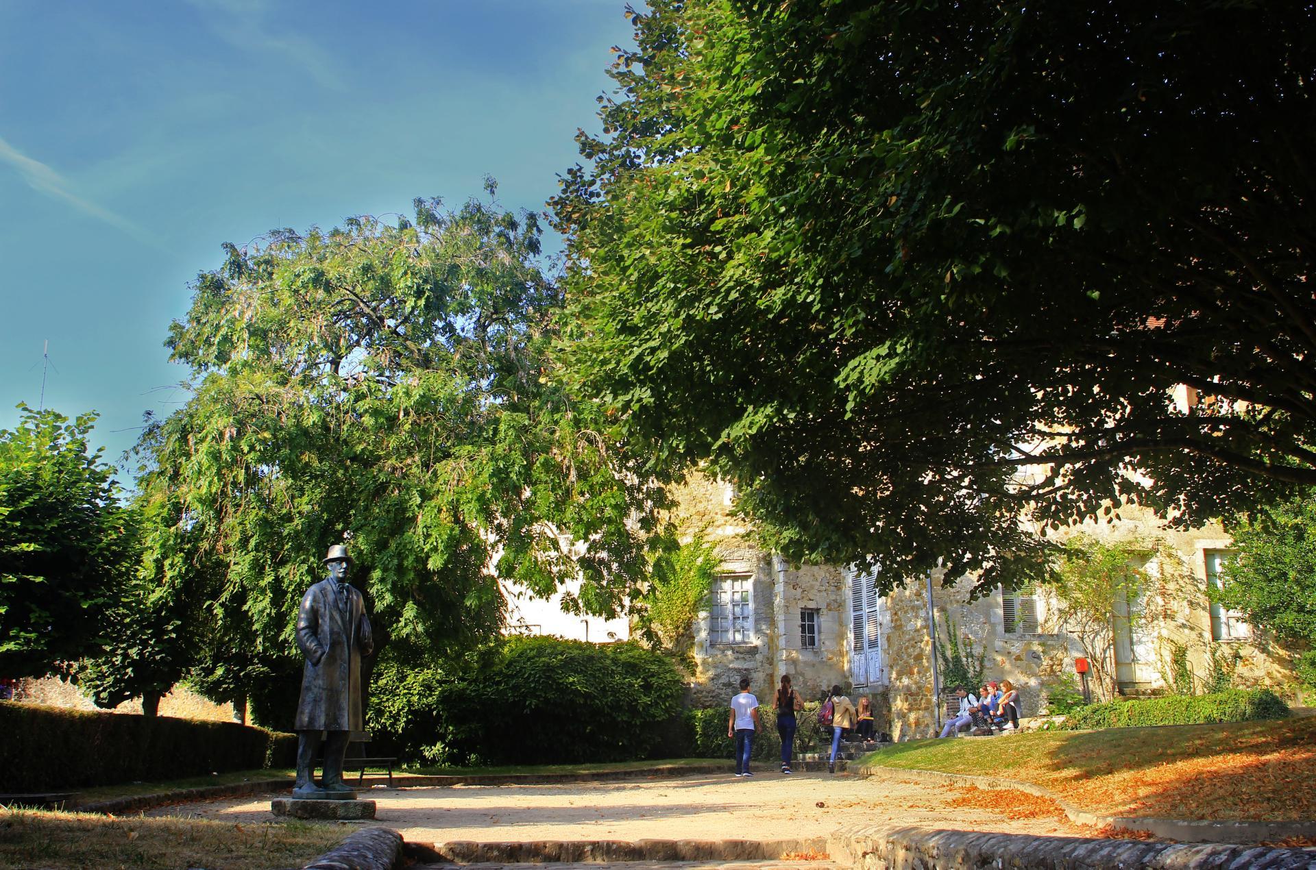 A Mortagne-au-Perche, la ville natale du philosophe Alain (statue à gauche).