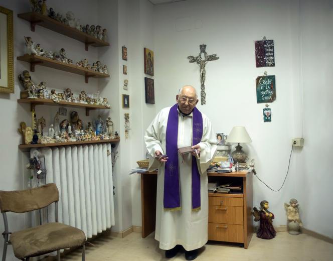 Portrait du Père Vincenzo Taraborelli, exorciste, dans l'église Santa Maria in Traspontina.