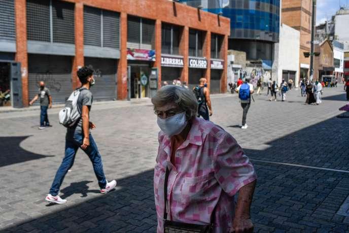 A Caracas, le 3 juin, peu après la réouverture des banques, de certains magasins et des salons de coiffure.
