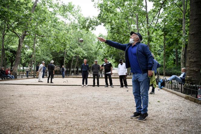 Partie de pétanque au jardin du Luxembourg, à Paris le 4 juin 2020.